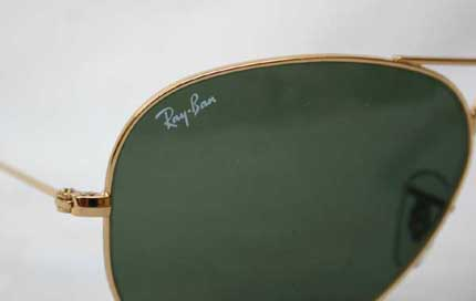 ray ban pilotenbrille  the rayban logo is on the glass right above. the frame is gold, the glass also gray green, g 15 lens!. it is gr. 62 14 . it is 100 % brand new!